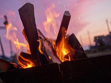 夕暮れの焚き火イメージ