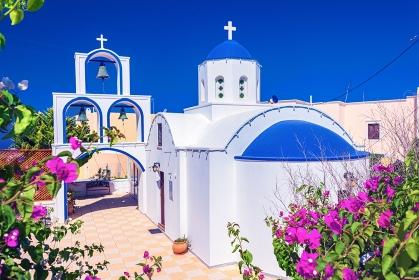 ギリシャ・サントリーニ島 エンポリオの街の教会の風景