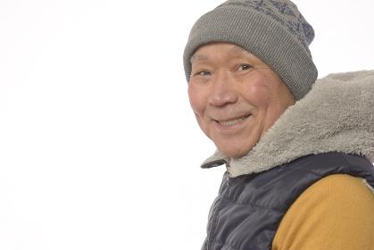 ニット帽をかぶった笑顔の日本人シニア男性