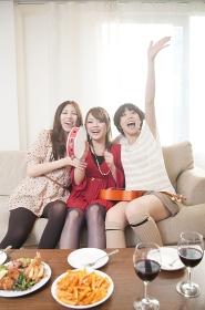 楽器を持って騒ぐ女性3人