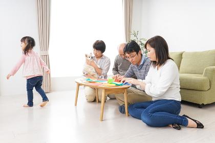 折り紙で遊ぶ子供と家族