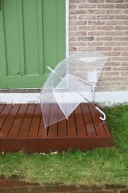ウッドデッキに置かれた傘