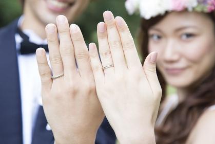 結婚指輪を見せる新郎新婦