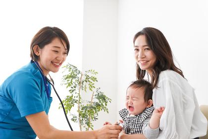 病院で診察を受ける赤ちゃん