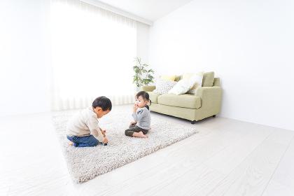 兄弟で家で遊ぶ子供