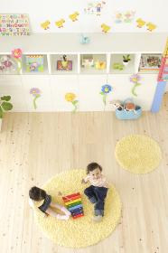 カラフルな子供部屋で楽器で遊ぶハーフの子供たち