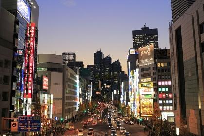 夕方の西新宿の甲州街道