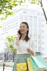 電話をしながら歩く女性