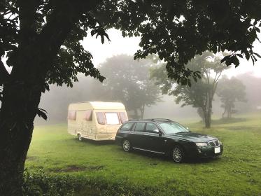 キャンピングカーで高原アウトドアキャンプを満喫する休暇