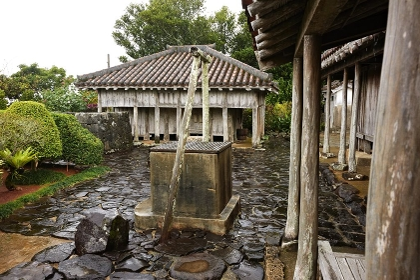 上江州家庭先の井戸と穀物蔵