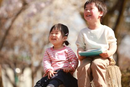 本を持つ子供たち
