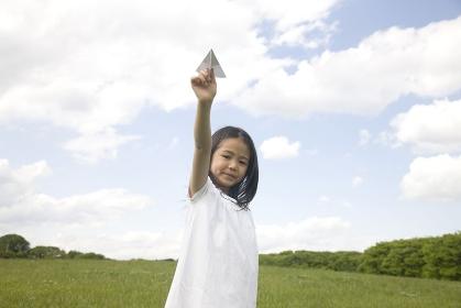 紙飛行機を持った女の子