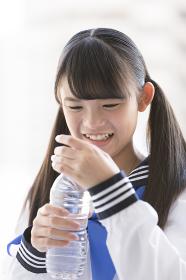 ペットボトルを持つ女子校生