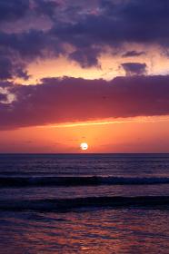 日本海の幻想的な夕日と光雲