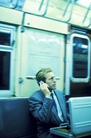 NYの地下鉄に乗るビジネスマン