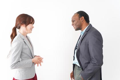 オフィスで意見交換をする2人のビジネスパーソン