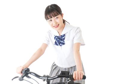 自転車通学をする制服姿の学生