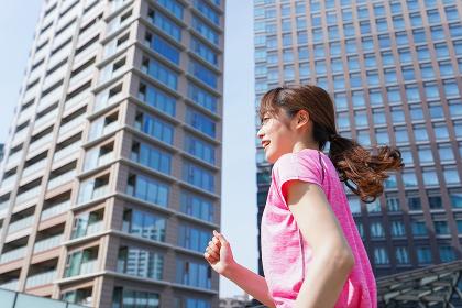 都会でランニングする女性