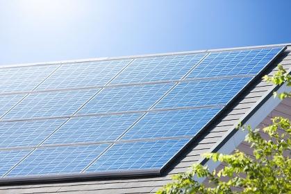 住宅の屋根のソーラーパネル