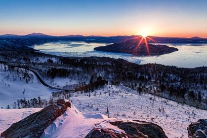 北海道・美幌町 厳冬期の美幌峠から眺める朝日と岩場の風景