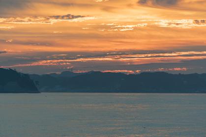 江の島より朝焼けの稲村ヶ崎を望む
