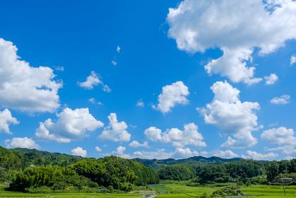 真夏の青空と山 背景素材 8月 コピースペース