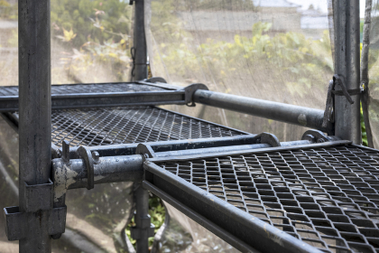 工事現場 建設現場の鉄製の足場の画像