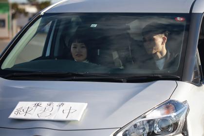 運転の練習をする女性