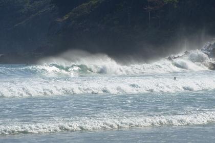 崖下の強い白波