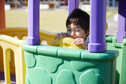 遊具で遊ぶ幼稚園児の男の子