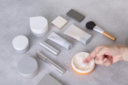 【スキンケア・メイクアップイメージ】クリームを塗る