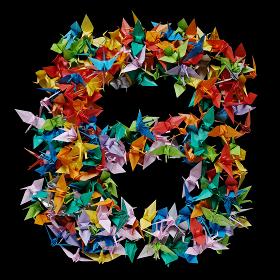 折り紙の鶴を集めて形作ったアルファベットのB