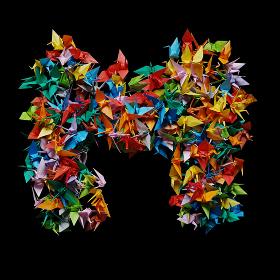 折り紙の鶴を集めて形作ったアルファベットのM