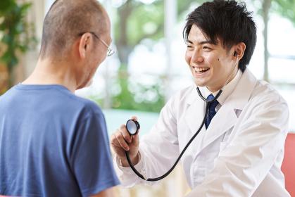 介護施設で診察をする男性医師
