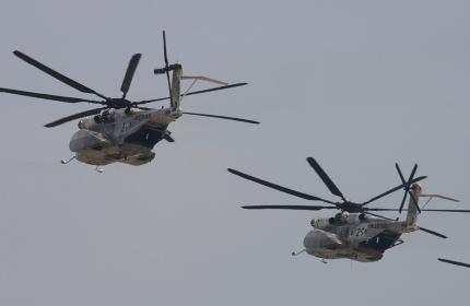 掃海ヘリMH-53Eの編隊飛行(2010年岩国航空基地祭)