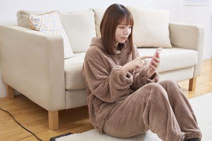 リビングでくつろぐ日本人女性