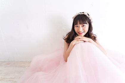 ウエディングドレスを着た笑顔の新婦