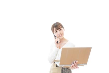笑顔で在宅勤務をする若い女性