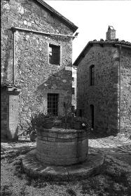 イタリア、トスカーナ地方の古い家と井戸