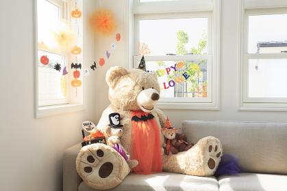 ソファーに座るハロウィンのクマのぬいぐるみ