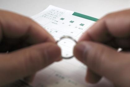 離婚届と結婚指輪と印鑑