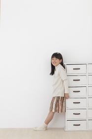 フローリングの床に立つ女の子