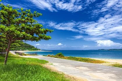 沖縄県・浜比嘉島 夏のビーチの風景