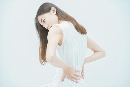 腰痛に悩む若い女性