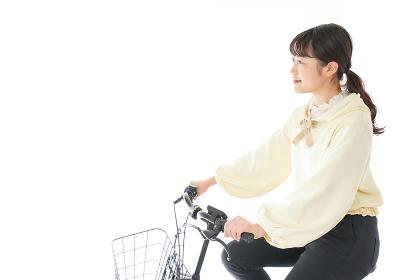 自転車に乗る若い女性