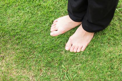 芝生と裸足