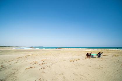 波の高い大原海岸とチェア 千葉県いすみ市