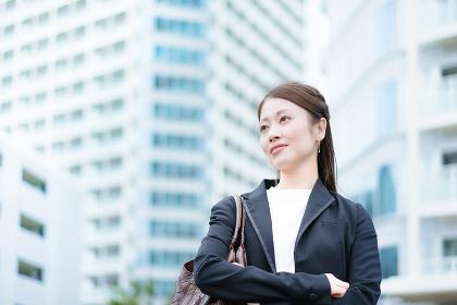 ビジネスイメージ・女性・ビル群