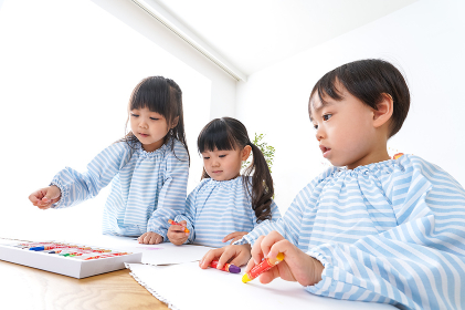 幼稚園でお絵かきをする子ども