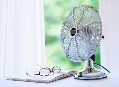 扇風機とメガネと本